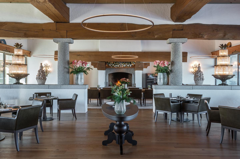 Einrichtung des Oak Grill Restaurants im Bürgenstock Hotel am Vierwaldstättersee.