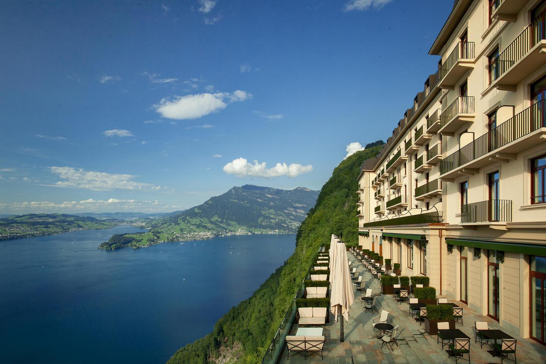Die Terrasse des Palace Hotels mit Ausblick auf den Vierwaldstättersee und die Rigi