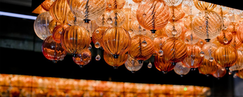 Lampen in Form von orangenen Ballonen im Luxushotel Bern