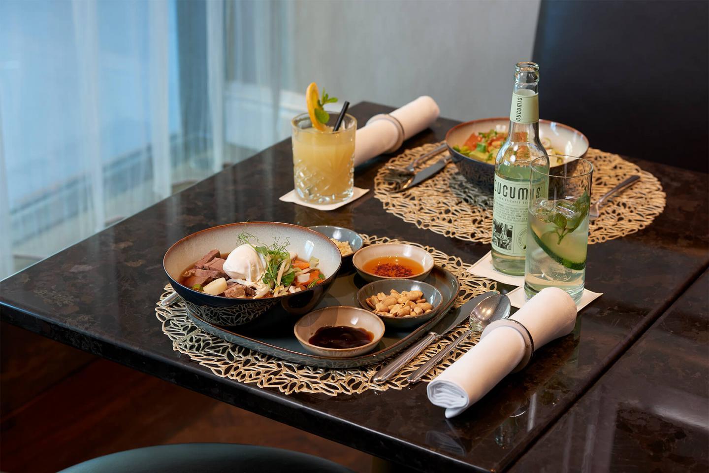Asiatische Ramen Suppe auf dem Tisch mit Stäbchenbesteck in der Bar Bern