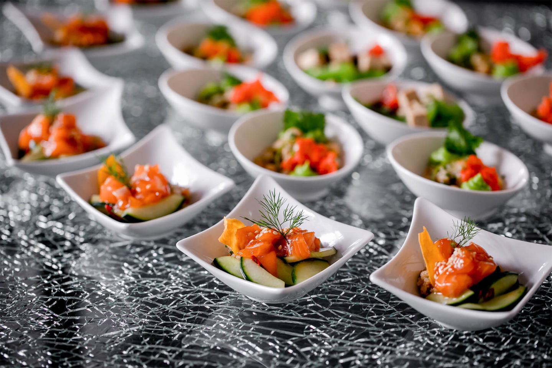 Viele Schälchen mit Gemüse und Lachs gefüllt im Restaurants Bern