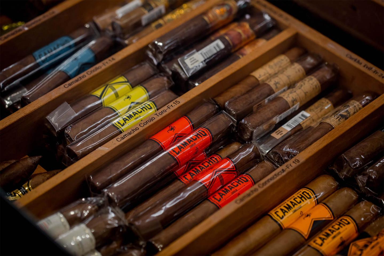 Verschiedene Zigarrensorten verpackt in einer offenen Holzkiste in der Lounge des Luxushotel Bern