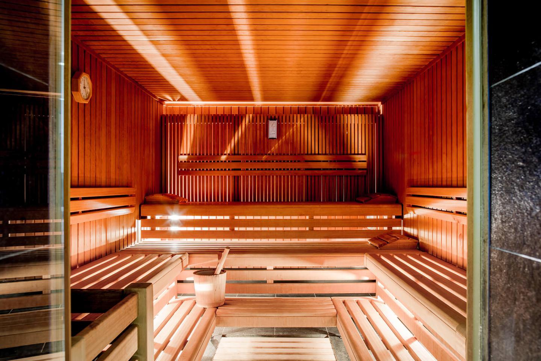 Hölzerne Sitzbänke in der Sauna des Luxushotel Bern