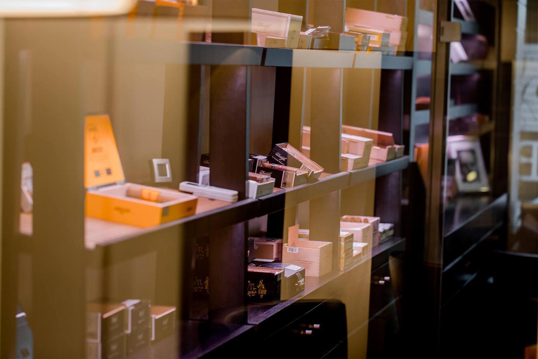 Vitrine mit Zigarren im Schrank in der Zigarrenlounge des Schweizerhof Bern