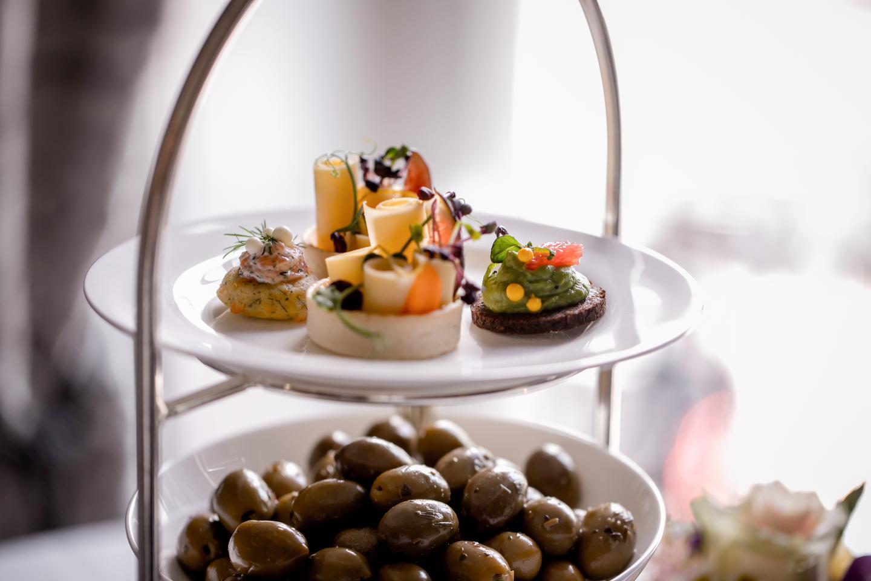 Gut bestückte Etagere mit vielen Oliven und kleinen Fingerfood im Restaurant Schweizerhof Bern