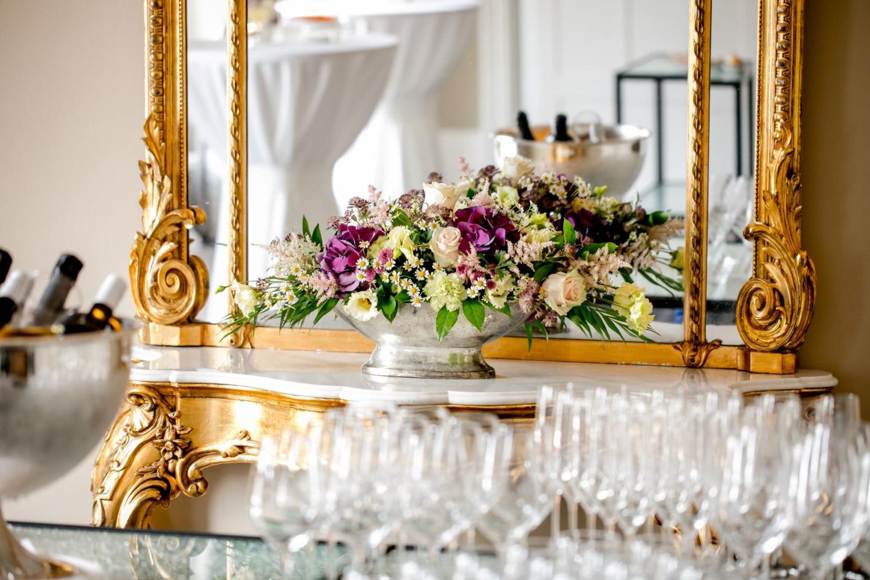 Prächtiger Blumenstrauss vor einem goldverzierten Spiegel in der Eventlocation Bern
