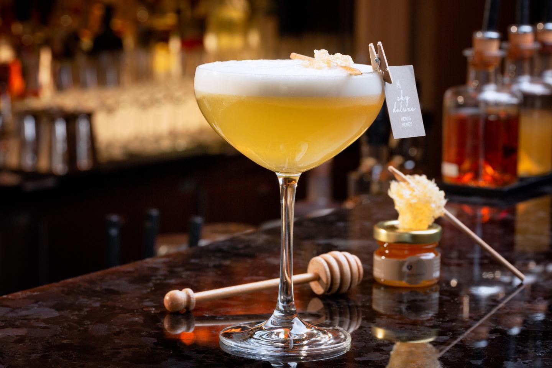Honigfruchtiger Cocktail auf dem Tresen im Luxushotel Bern