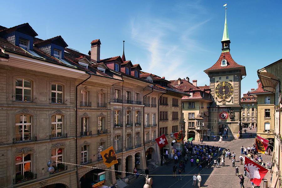 Innenstadt der Stadt Bern mit dem UNESCO-Weltkulturerbe und vielen Menschen auf der Straße